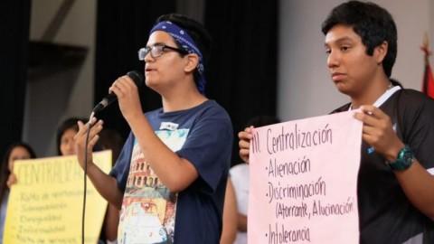 Escolares entregaron documento sobre discriminación y descentralizacióna Papa Francisco